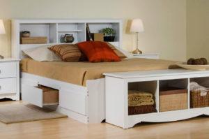 Кровать с полками в изголовье и изножье в интерьере спальни