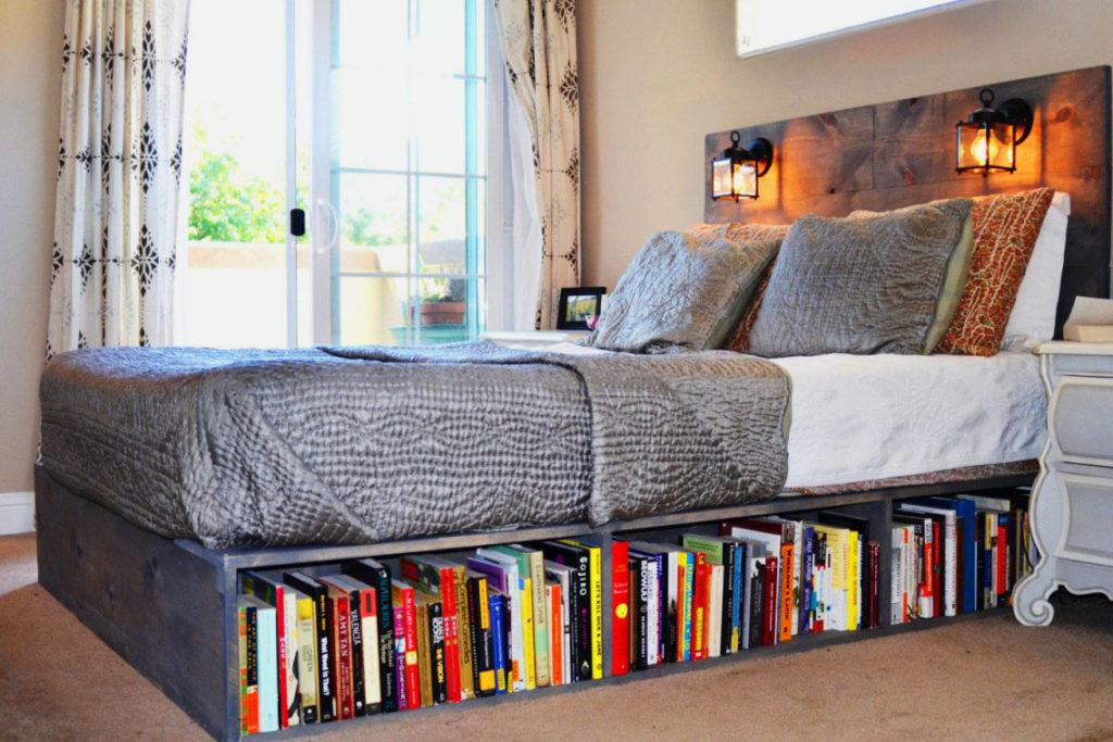 Полка с книгами под кроватью