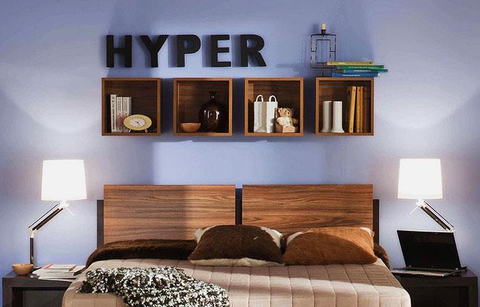 Полки над изголовью кровати