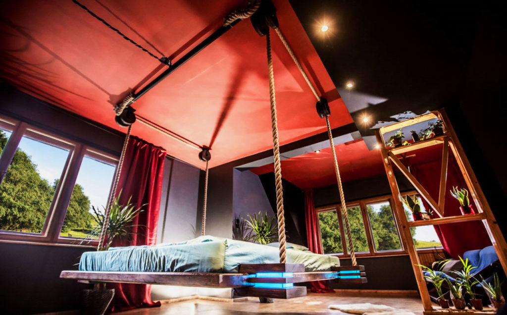 Подъёмная к потолку лифт кровать