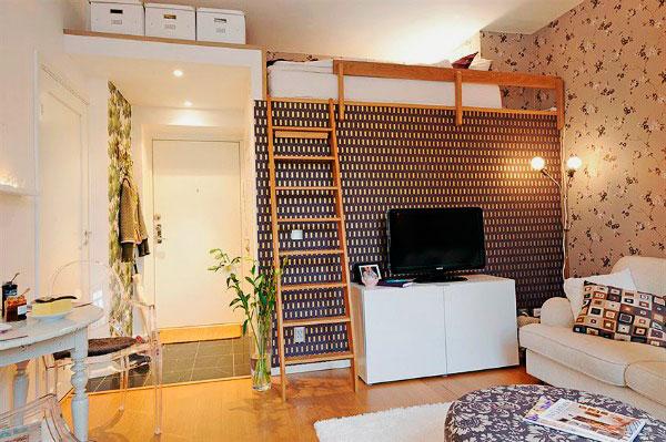 Интерьер студии с кроватью под потолком