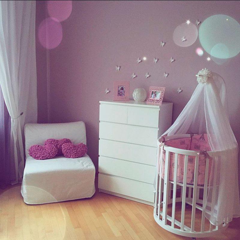 Круглая кровать трансформер с маятниковым механизмом в интерьере детской комнаты