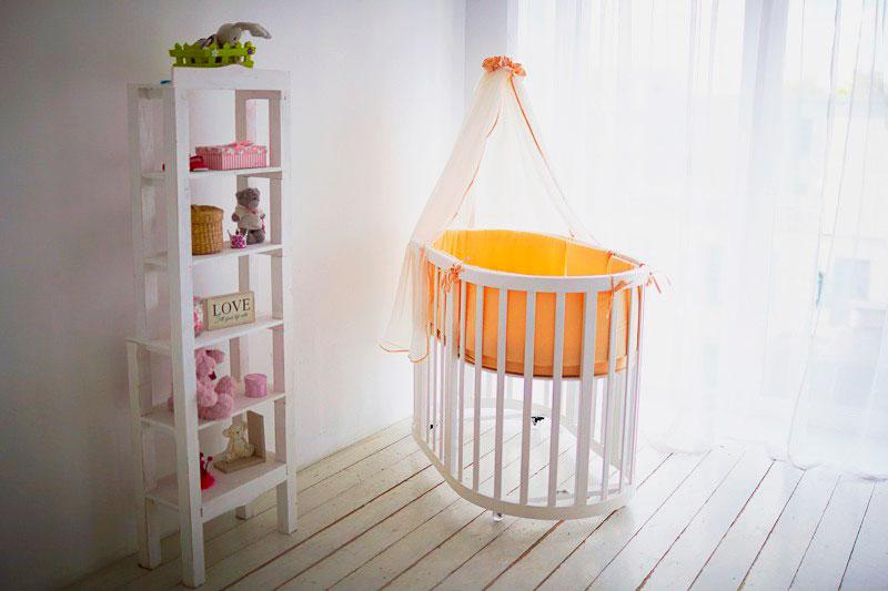 Фото овальной трансформируемой кровати для новорожденных с балдахином