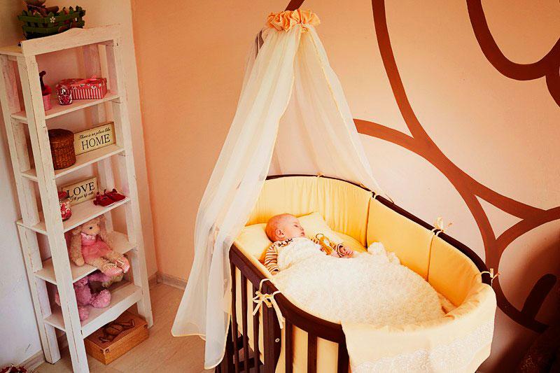 Овальная трансформируемая кровать для малышей