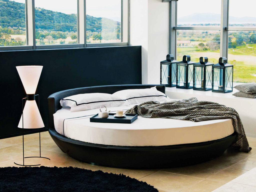 Фото кровати круглой формы с низким кожаным изголовьем