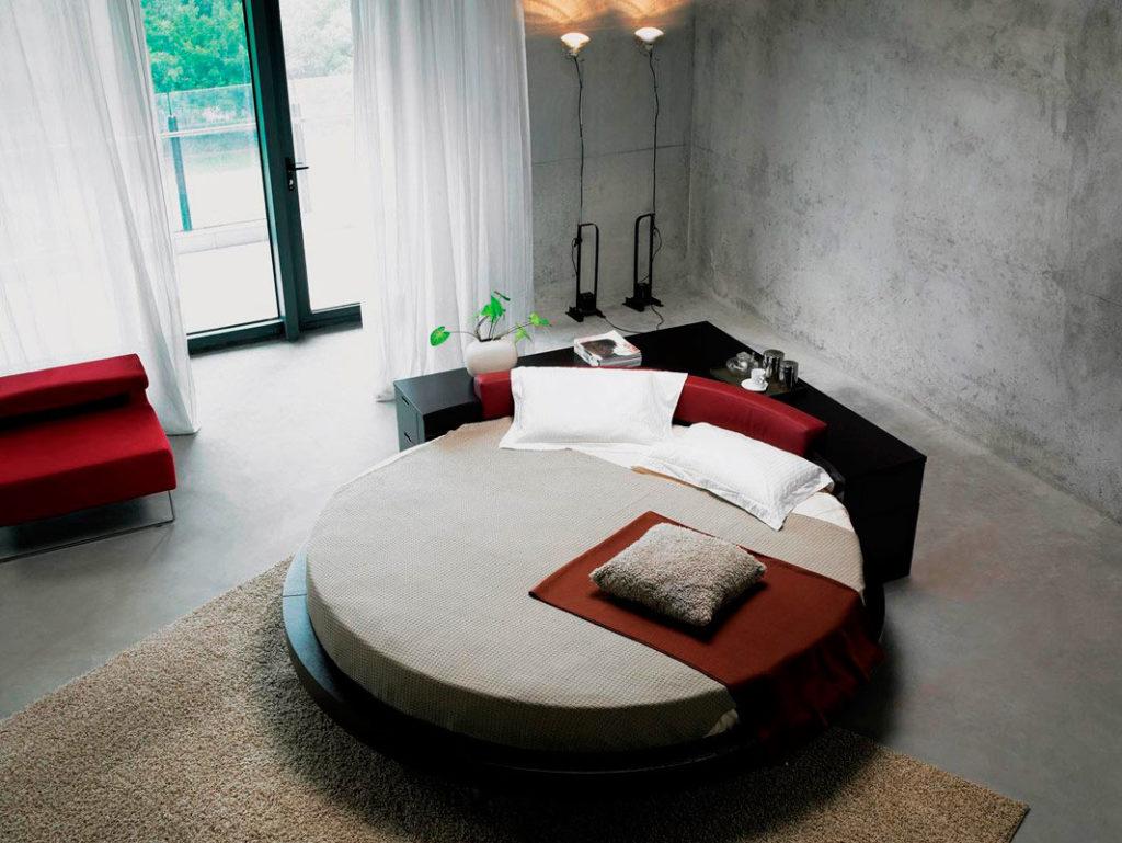 Фото круглой кровати с функциональным изголовьем в виде столика и тумбочек