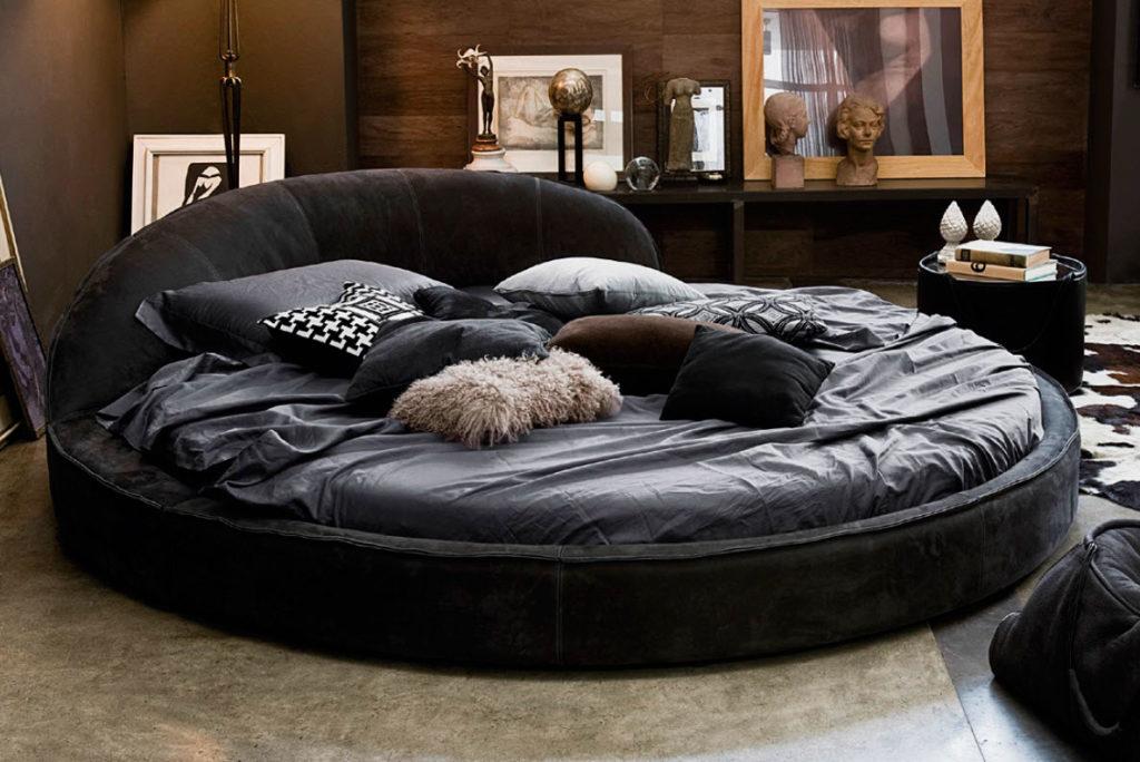 Мягкая кутаная круглая кровать в интерьере спальной комнаты