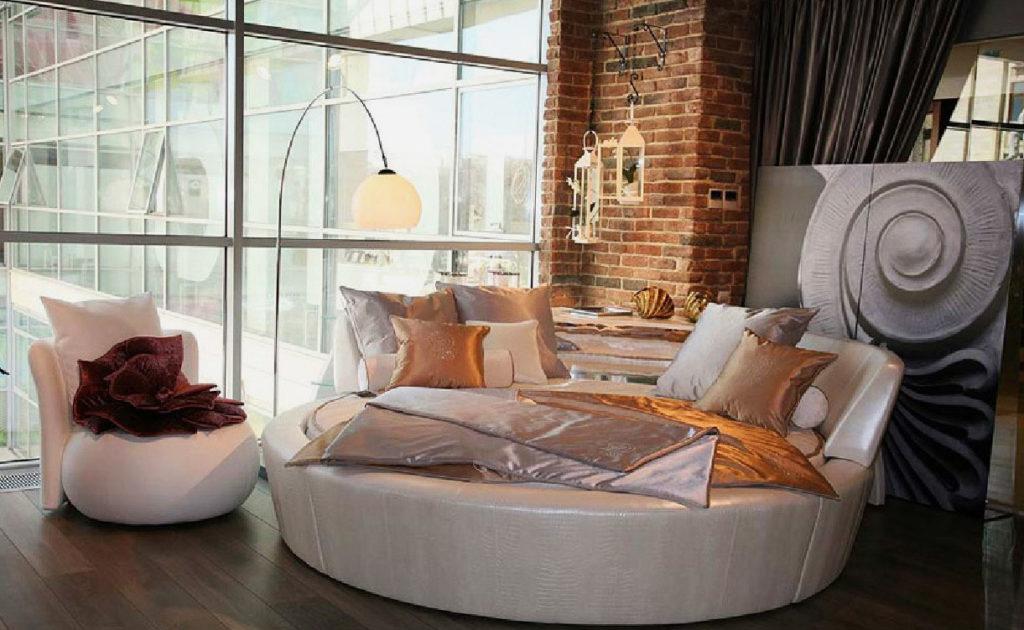 Круглая кровать обтянутая белой кожей