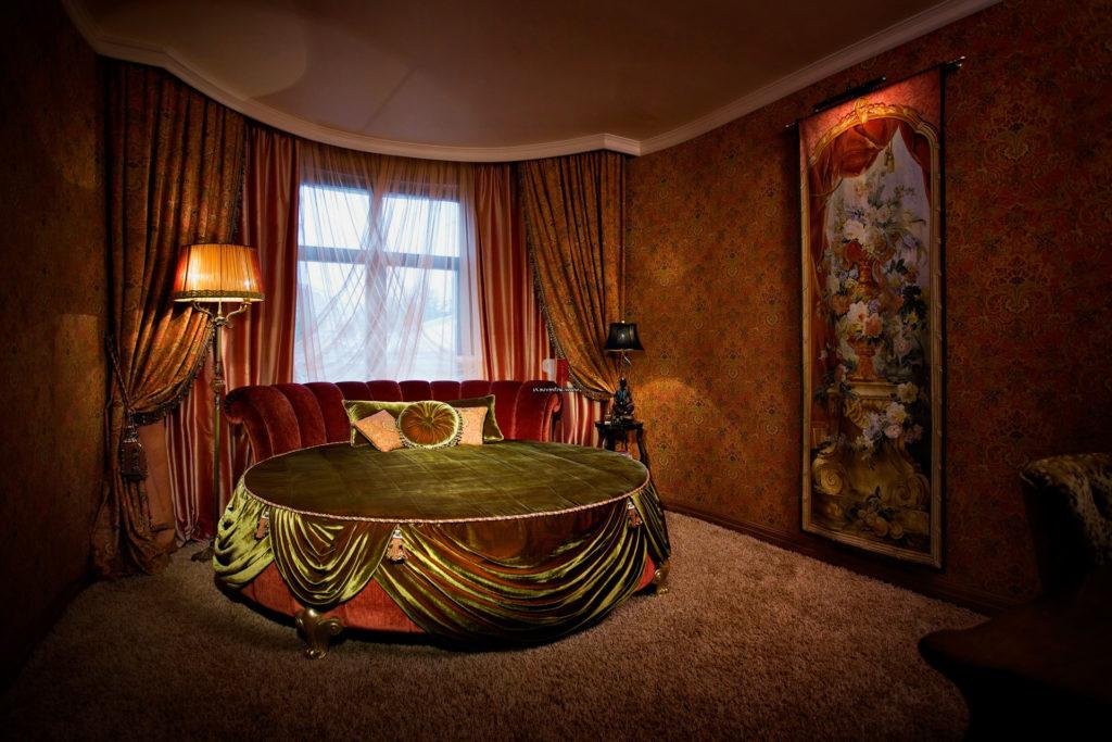 Фото спальной с круглой кроватью в интерьере