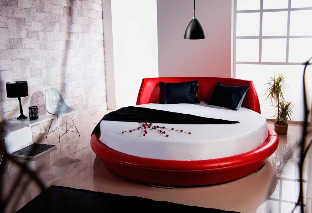Круглая кровать в красной коже