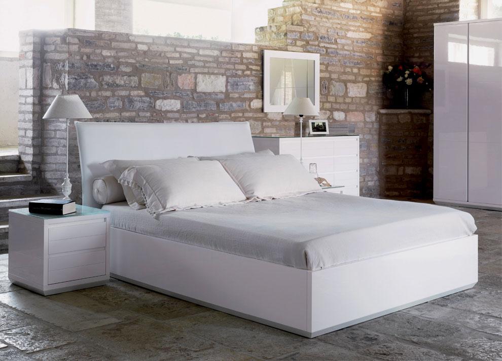 Высокая белая кровать с мягким изголовьем