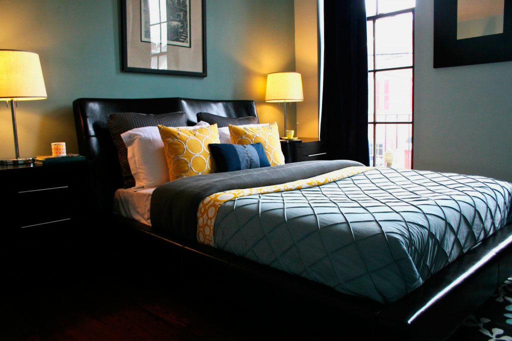 Спальня с кроватью больших размеров