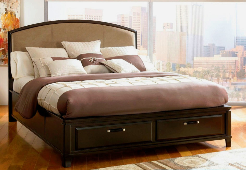 Высокая деревянная кровать на ножках с выдвижными ящиками