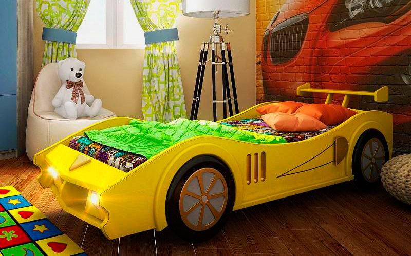 Жёлтая кровать-автомобиль для мальчика в интерьере комнаты