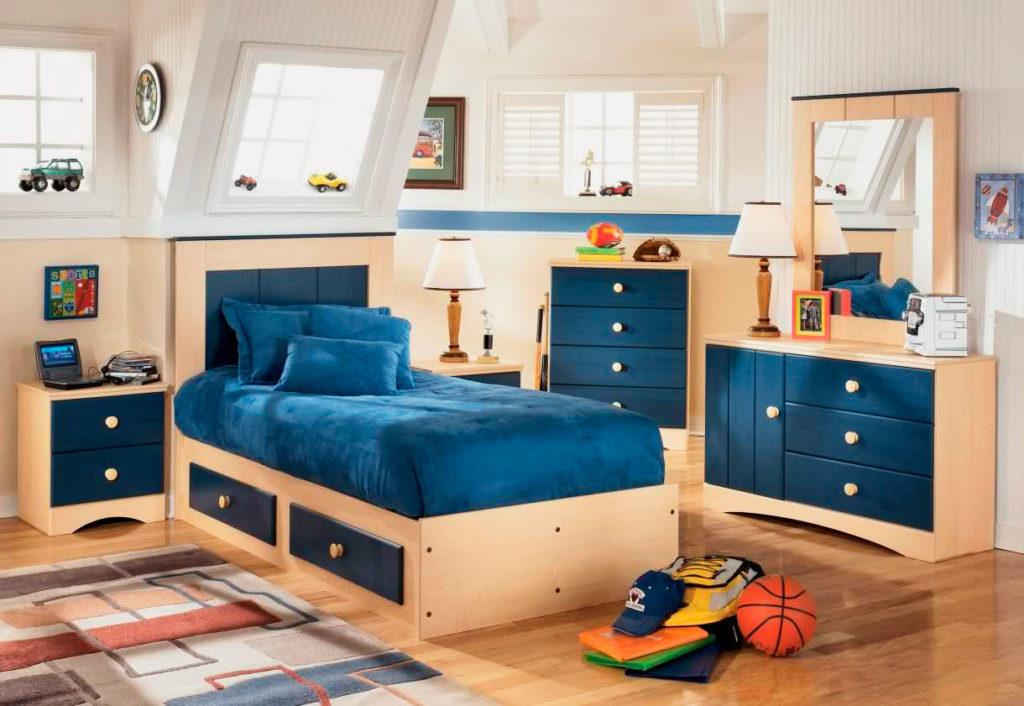 Деревянная кровать с выдвижными ящиками в интерьере комнаты мальчика