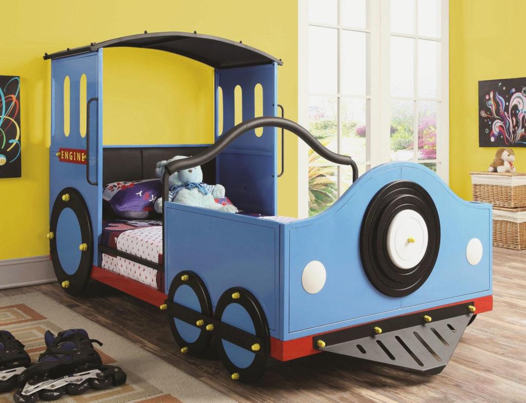 Кровать-паровоз в интерьере комнаты мальчика