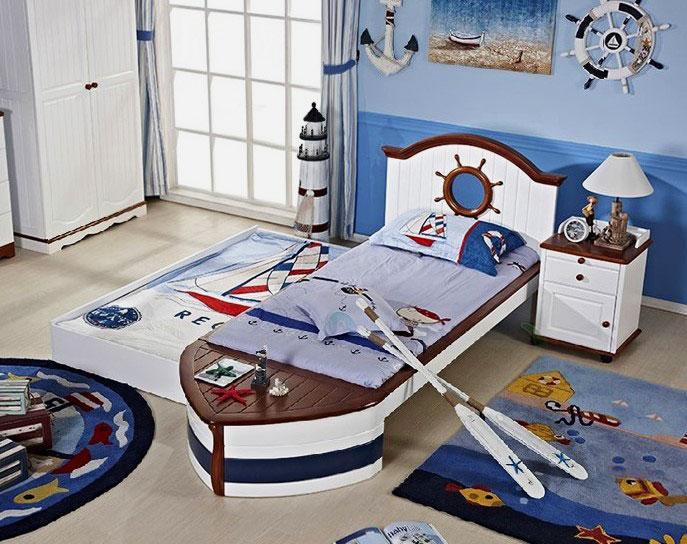 Интерьер детской комнаты в морской тематике с кроватью в виде лодки