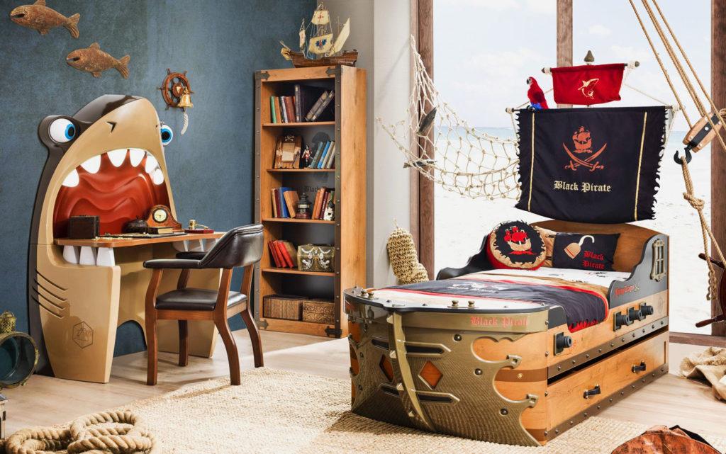 Фото детской комнаты мальчика в пиратском стиле с кроватью в виде корабля