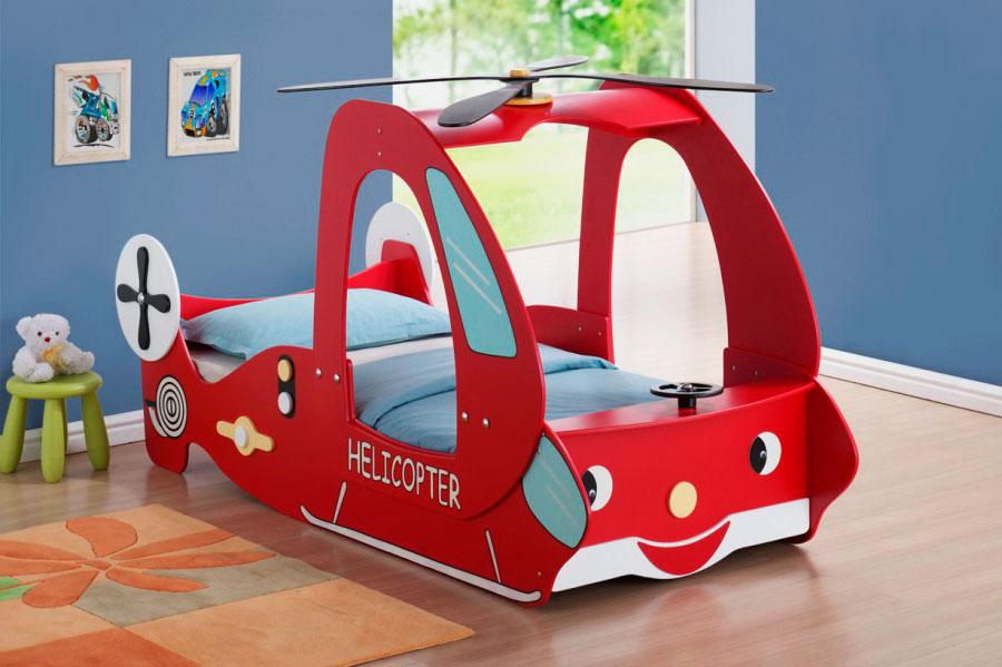 Кровать в виде вертолёта в интерьере комнаты