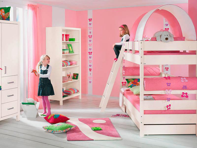 Комната двух девочек с двухъярусной кроватью в интерьере