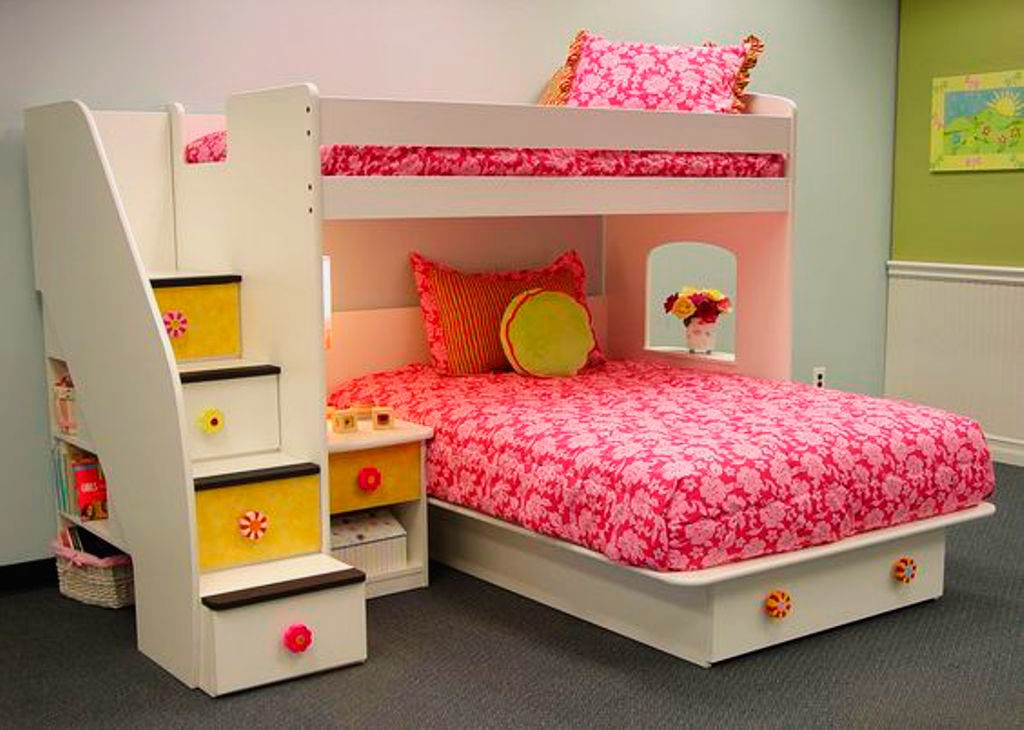 Двухъярусная кровать для девочек с Т-образным расположением спальных мест и лестницей в виде ступеней из ящиков
