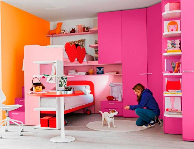 Интерьер комнаты девушек-подростков с двухъярусной кроватью и угловой стенкой