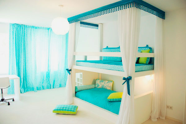Двухъярусная кровать для девочек с балдахином