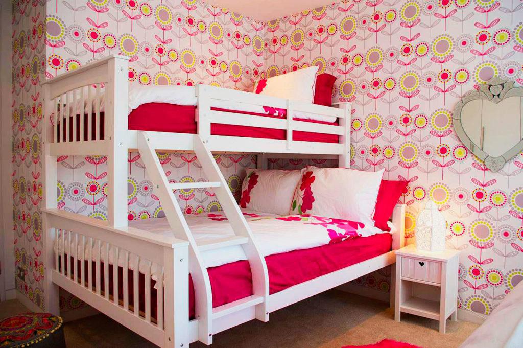 Фото двухъярусной кровати с наклонной лестницей и двуспальной кроватью внизу
