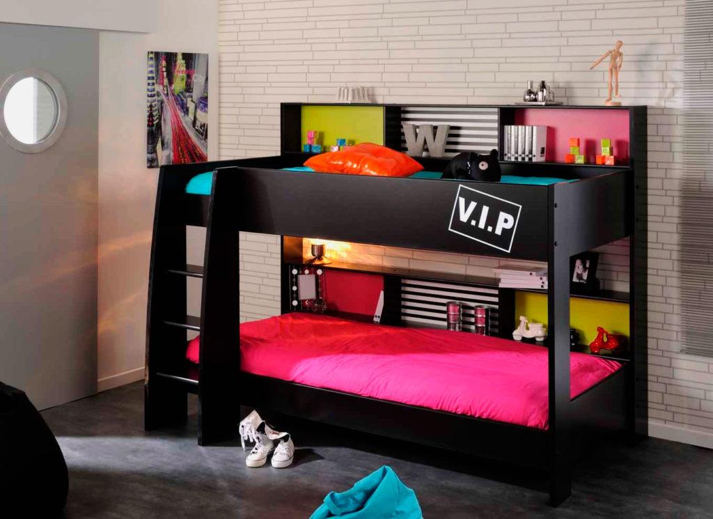 Кровать двухъярусного типа в интерьере комнаты девушек подростков