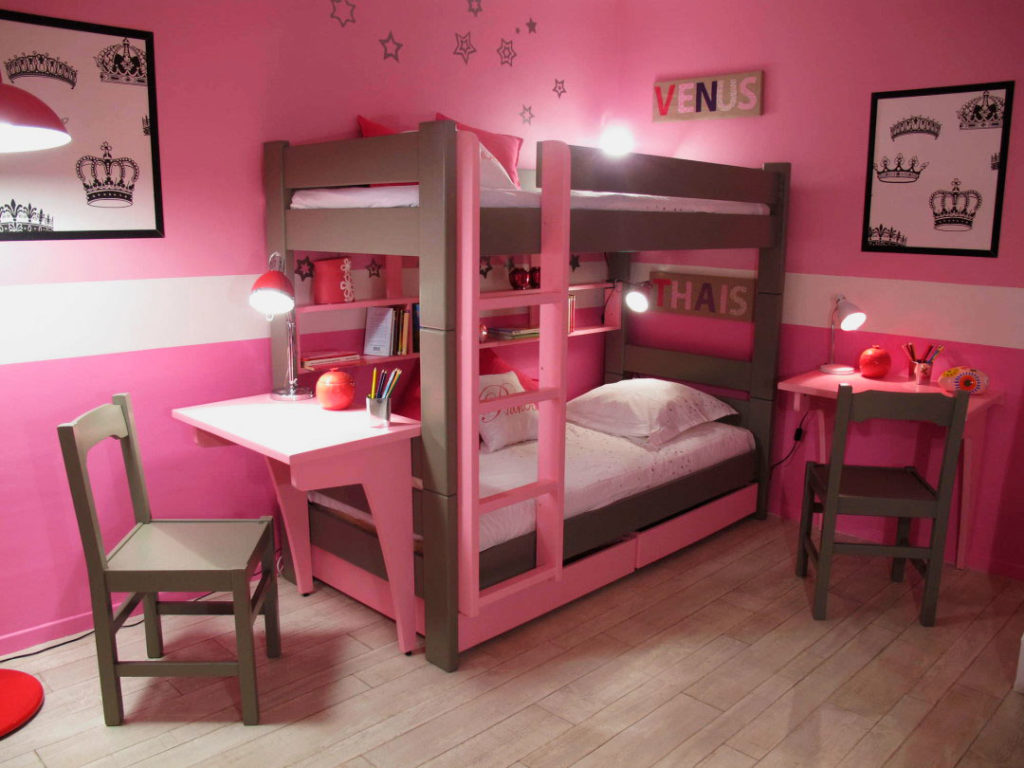 Фото комнаты девочек подростков с двухъярусной кроватью оснащенной столом