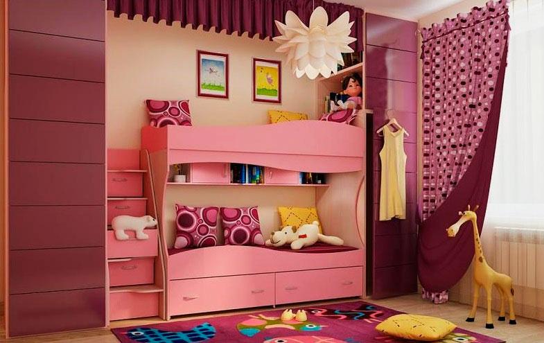 Двухъярусная кровать розового цвета в интерьере детской комнаты