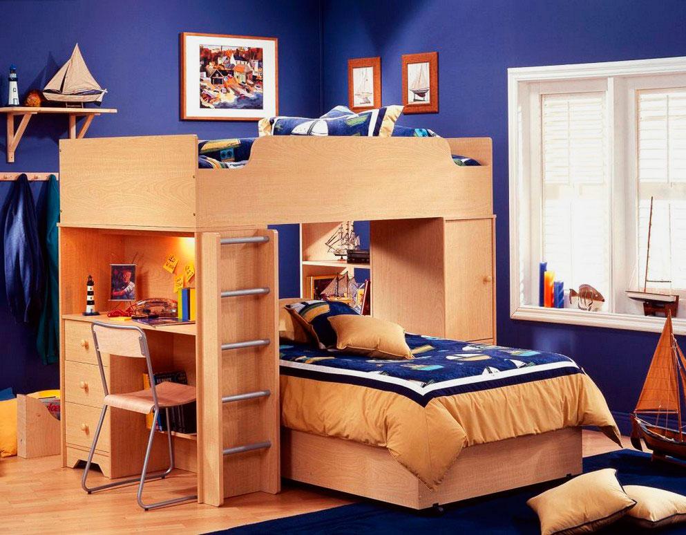 Детская комната с двухъярусной деревянной кроватью оснащенной встроенным столом