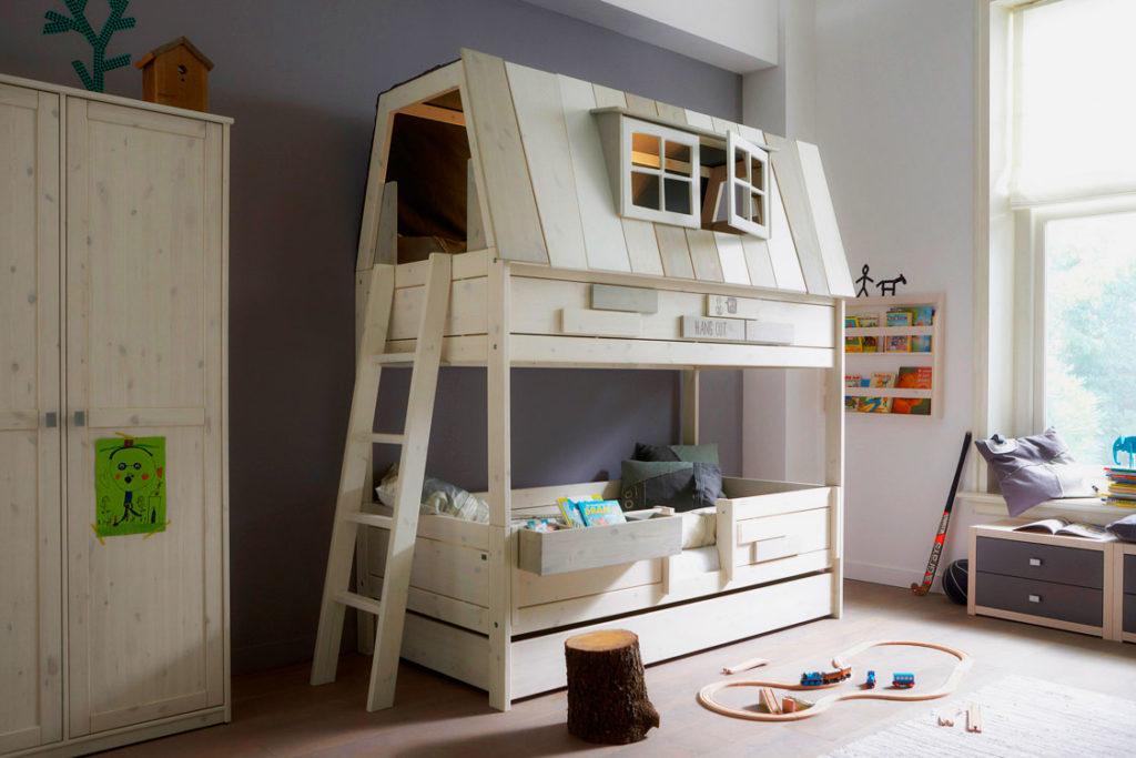 Деревянная двухъярусная кровать для мальчиков в виде домика в интерьере комнаты