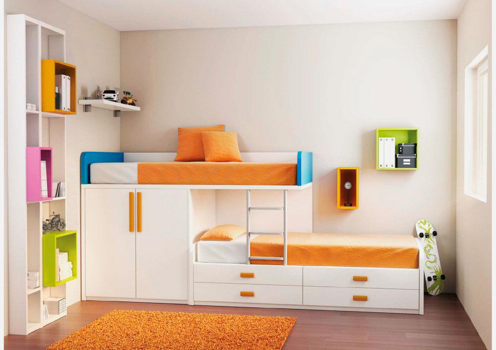 Низкая модель двухъярусной кровати для мальчиков оснащенная шкафом и выдвижными ящиками