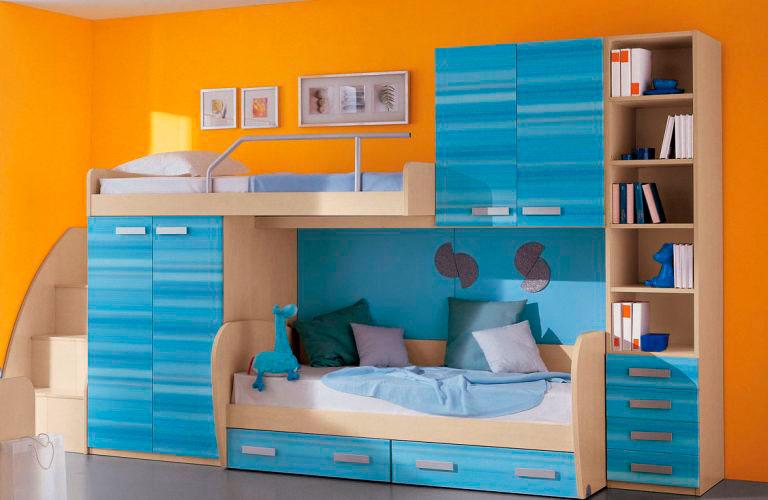 Двухэтажная кровать с множеством шкафчиков, полок и выдвижными ящиками