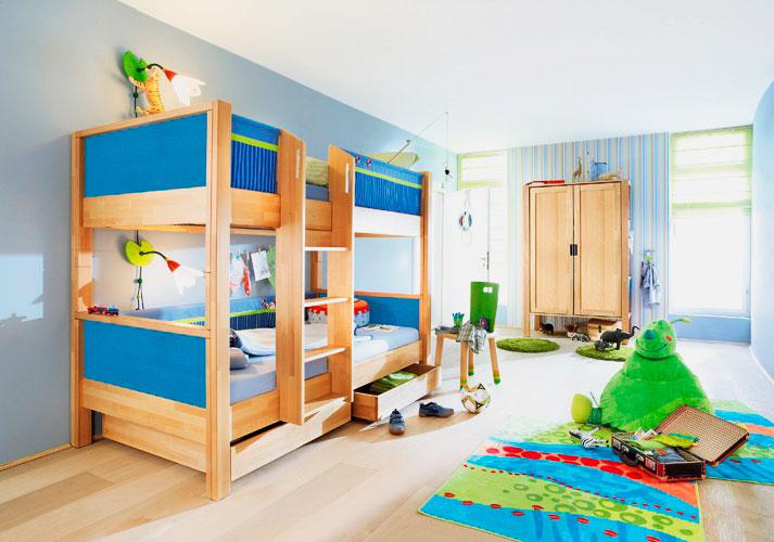 Фото детской комнаты мальчиков с двухъярусной кроватью оснащенной бельевыми ящиками и лестницей с прямыми ступенями