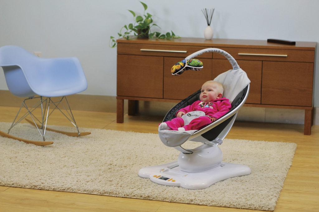 Младенец в электронной люльке качалке