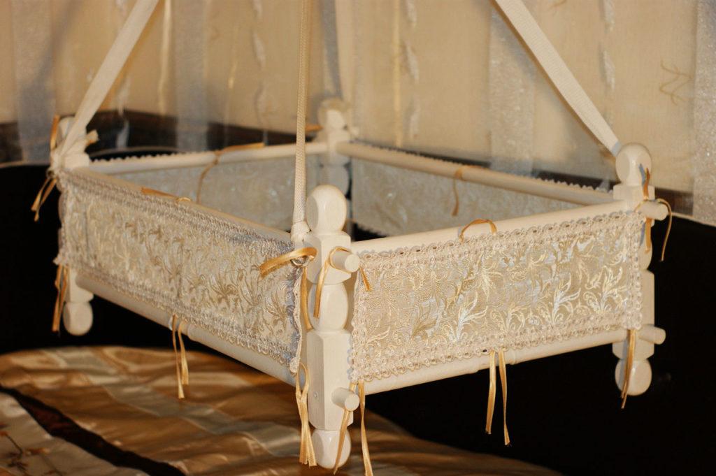 Подвесная колыбель с деревянным каркасом