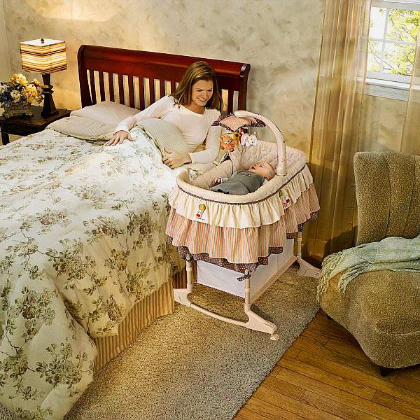 Колыбель младенца рядом с кроватью матери