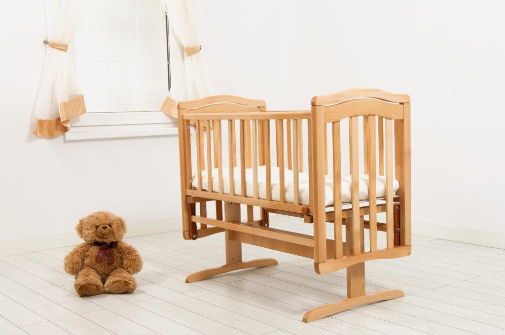 Деревянная колыбель для младенца с маятниковым механизмом качания