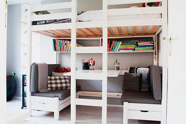 Встроенная кровать-чердак с двумя диванами внизу