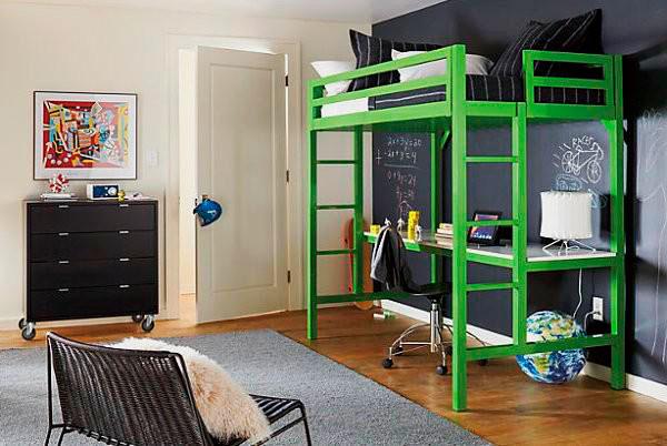 Кровать-чердак с рабочей зоной в интерьере комнаты