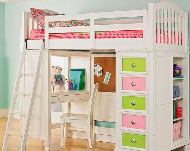 Деревянная кровать-чердак для девочки со встроенным столом внизу, высокими бортиками и изголовьем с изножьем у спального места