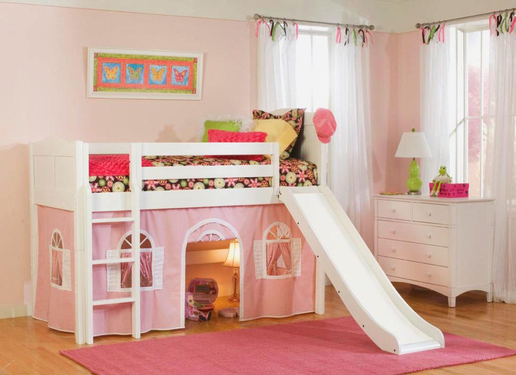 Низкая кровать-чердак для девочек с игровой зоной внизу и горкой