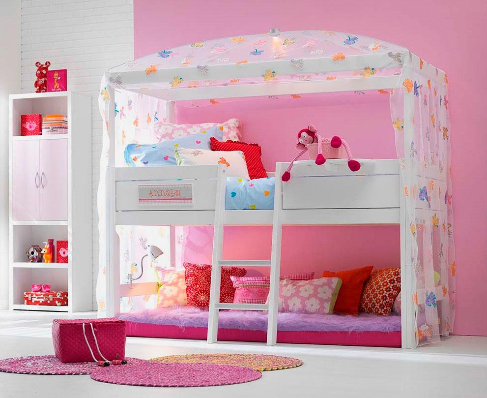 Детская кровать-чердак с балдахином в интерьере комнаты девочки