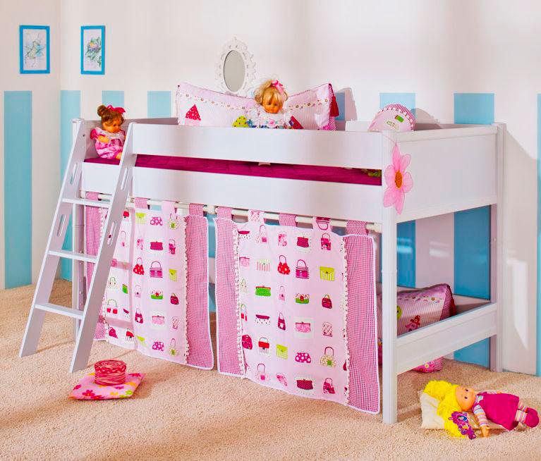 Кровать-чердак для девочки с высокими бортиками и наклонной лестницей с плоскими ступенями