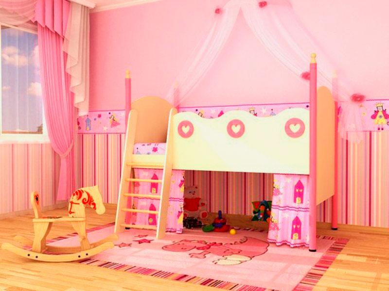 Низкая модель кровати-чердака для девочки с высокими бортиками и деревянной наклонной лестницей