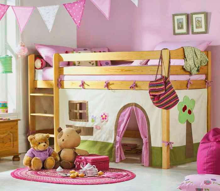 Кровать-чердак для девочек в интерьере комнаты