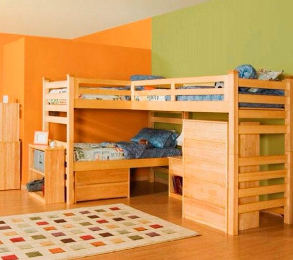Угловая кровать-чердак с двумя спальными местами вверху и одним внизу