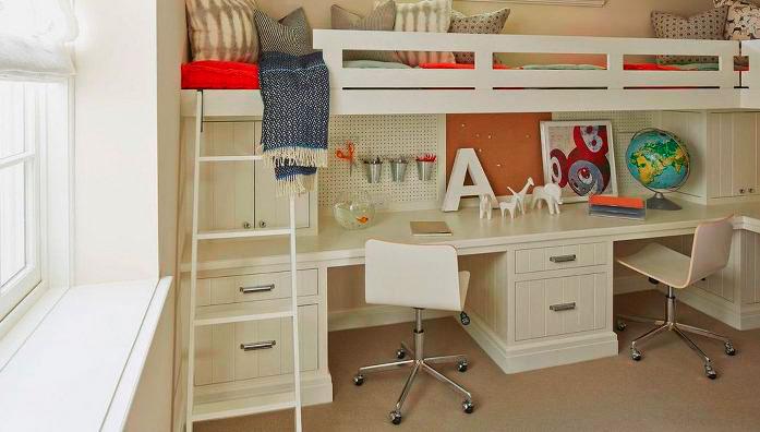 Кровать-чердак с двумя спальными местами вверху в интерьере детской комнаты